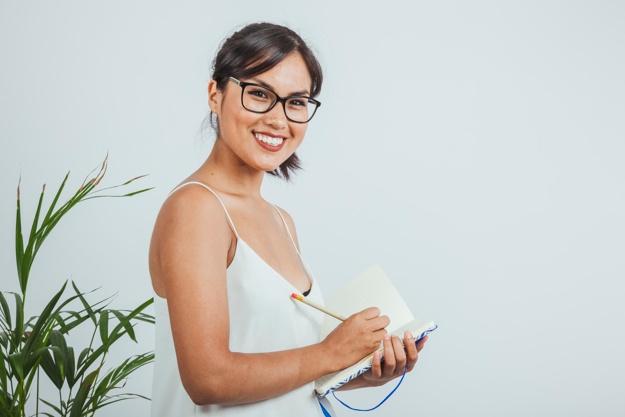 Judith Carrillo-El poder de establecer intenciones diarias-Mujer escribiendo su Intención del día